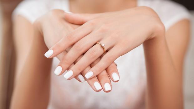 mains de femme douce et lisse