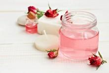 Anti-âge : comment choisir et utiliser son eau de rose
