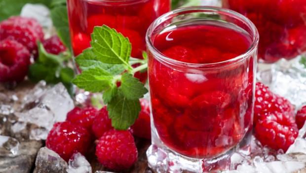Fruits dans un verre avec des glaçons